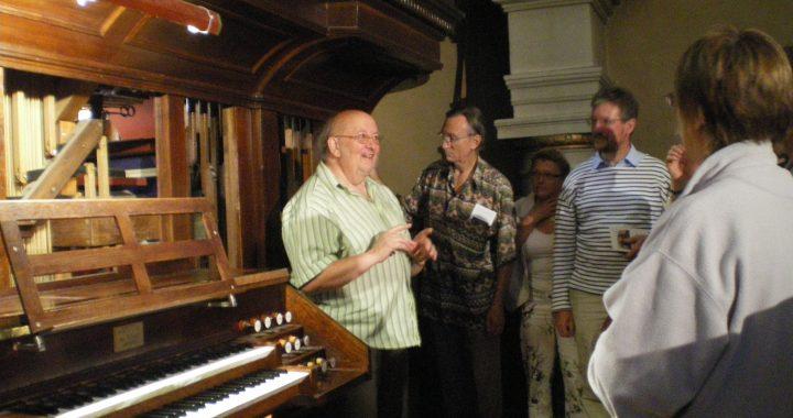 Alain Fromy partage sans compter sa passion pour la musique et reste intarissable sur l'instrument incontournable de l'église de Montfort : l'orgue